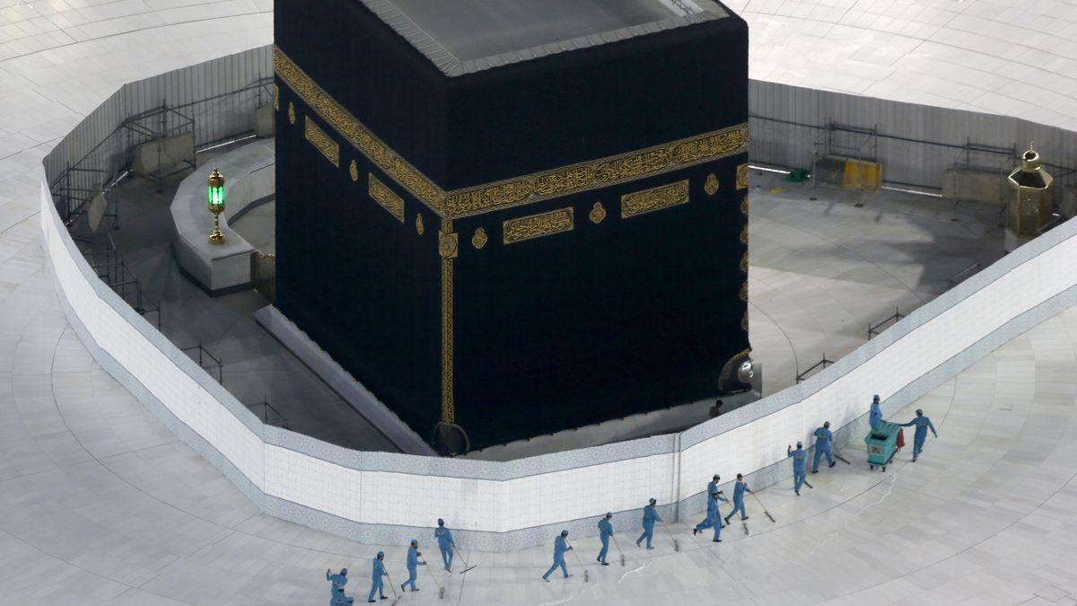 Arbeiter desinfizieren das Gelände rund um die Kaaba