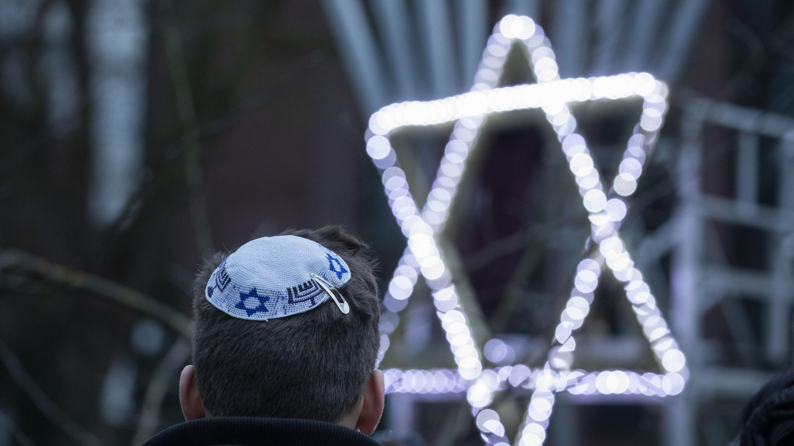 Davidstern und Kippa - zwei Symbolde für das Judentum.