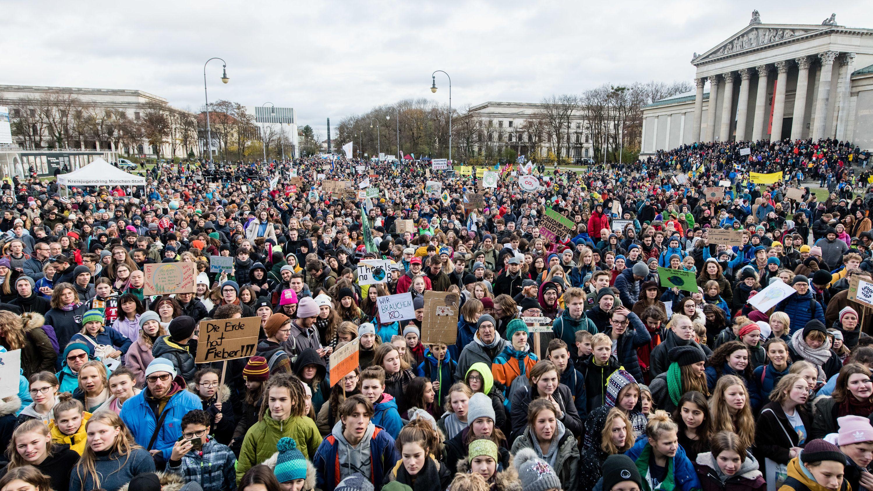 Tausende Teilnehmer der Fridays for Future Demonstration haben sich am 29.11.3019 am Münchner Königsplatz versammelt.