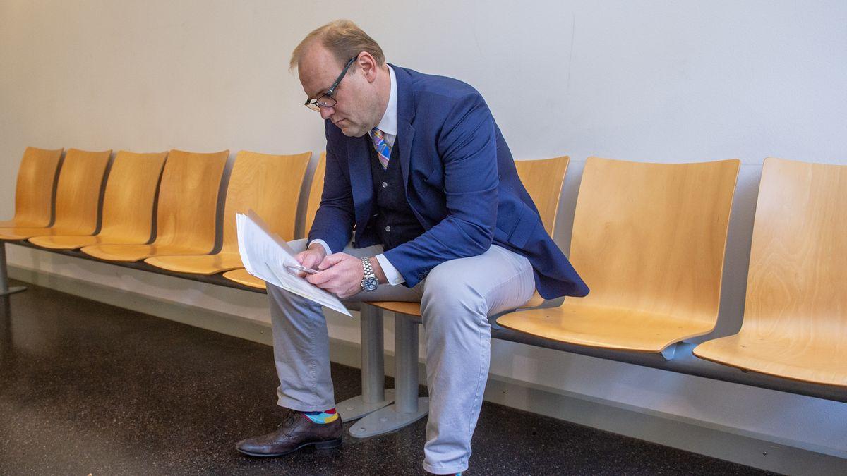 Christian Schlegl, CSU-Stadtrat von Regensburg, sitzt vor dem Verhandlungssaal im Landgericht.