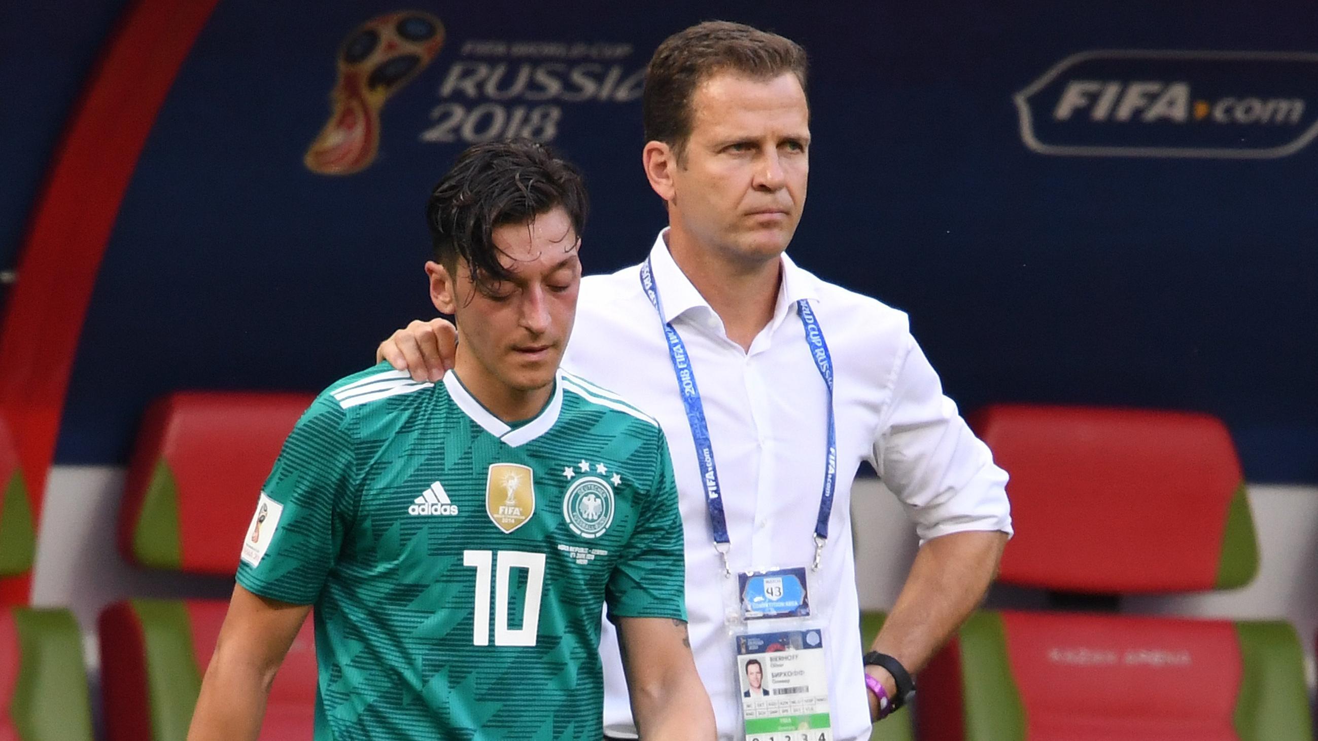 Mesut Özil und Nationalmannschafts-Manager Oliver Bierhoff bei einem WM-Spiel in Russland