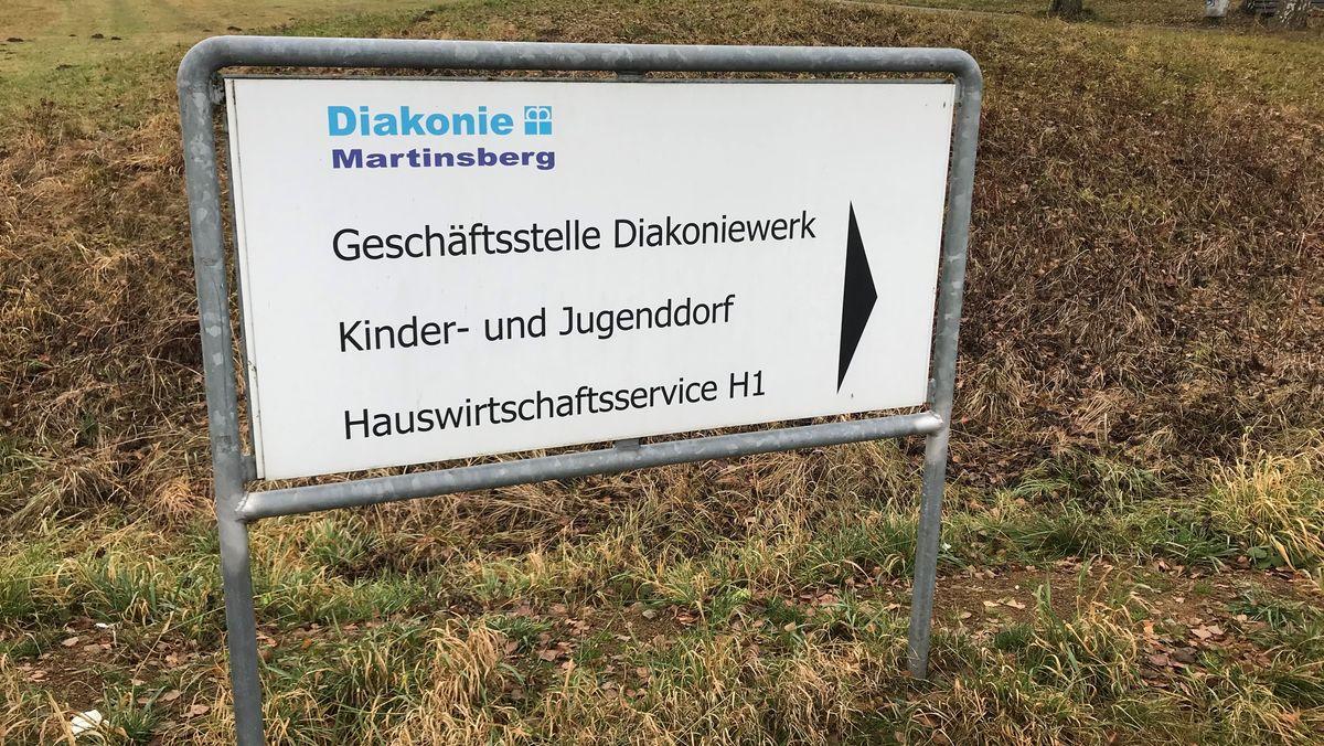 Ein Hinweisschild der Diakonie Martinsberg.