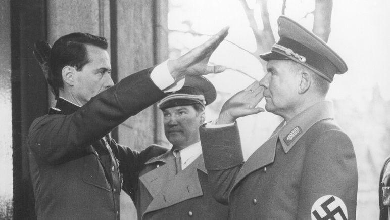 """Von links: Eichmann (Gerd Böckmann), Leibbrandt (Jochen Busse) und Meyer (Harald Dietl) in dem Fernsehfilm """"Wannseekonferenz"""""""