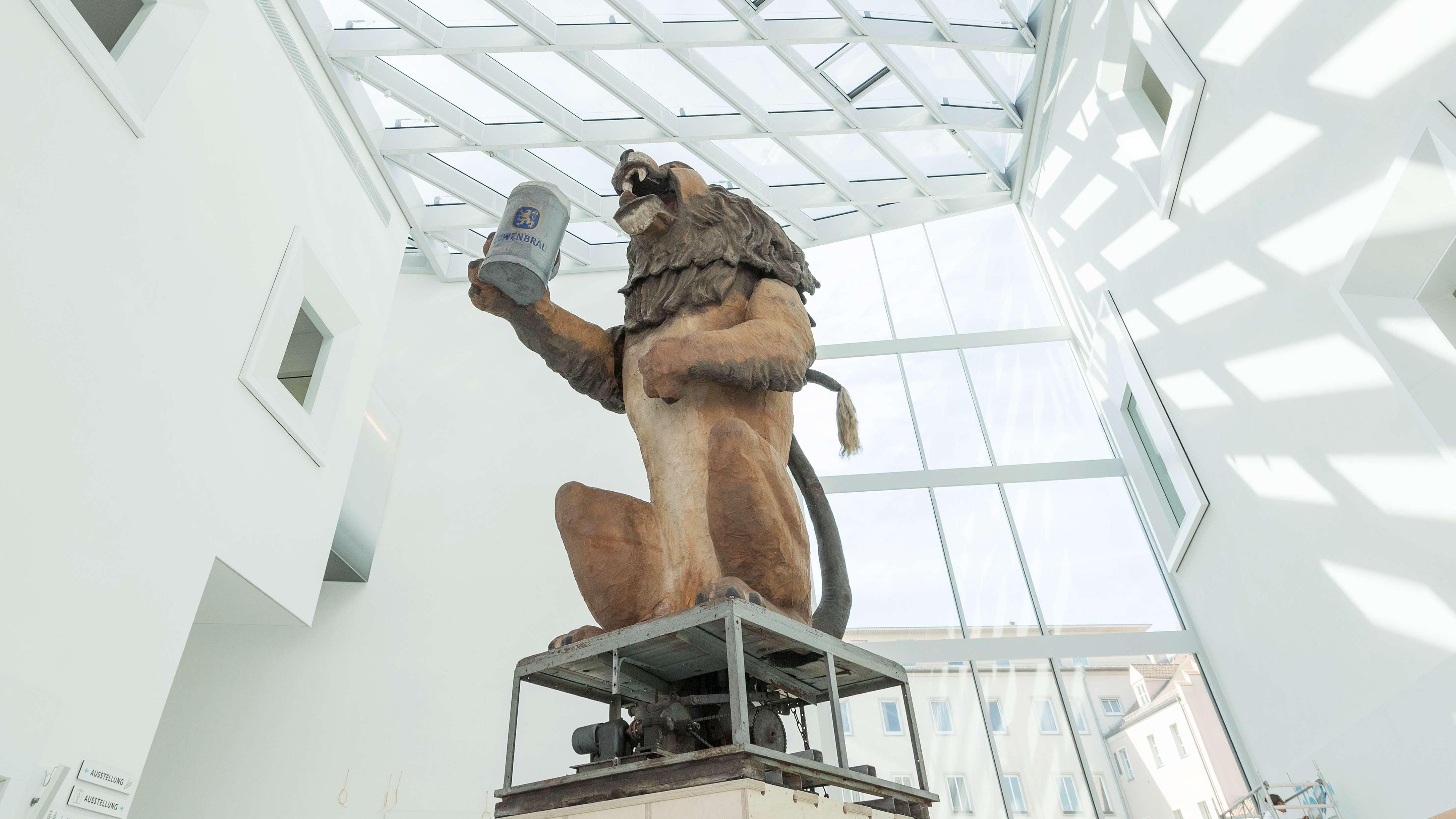 """Der """"Löwenbräu-Löwe"""" begrüßt seit heute Besucher des Museums der Bayerischen Geschichte."""