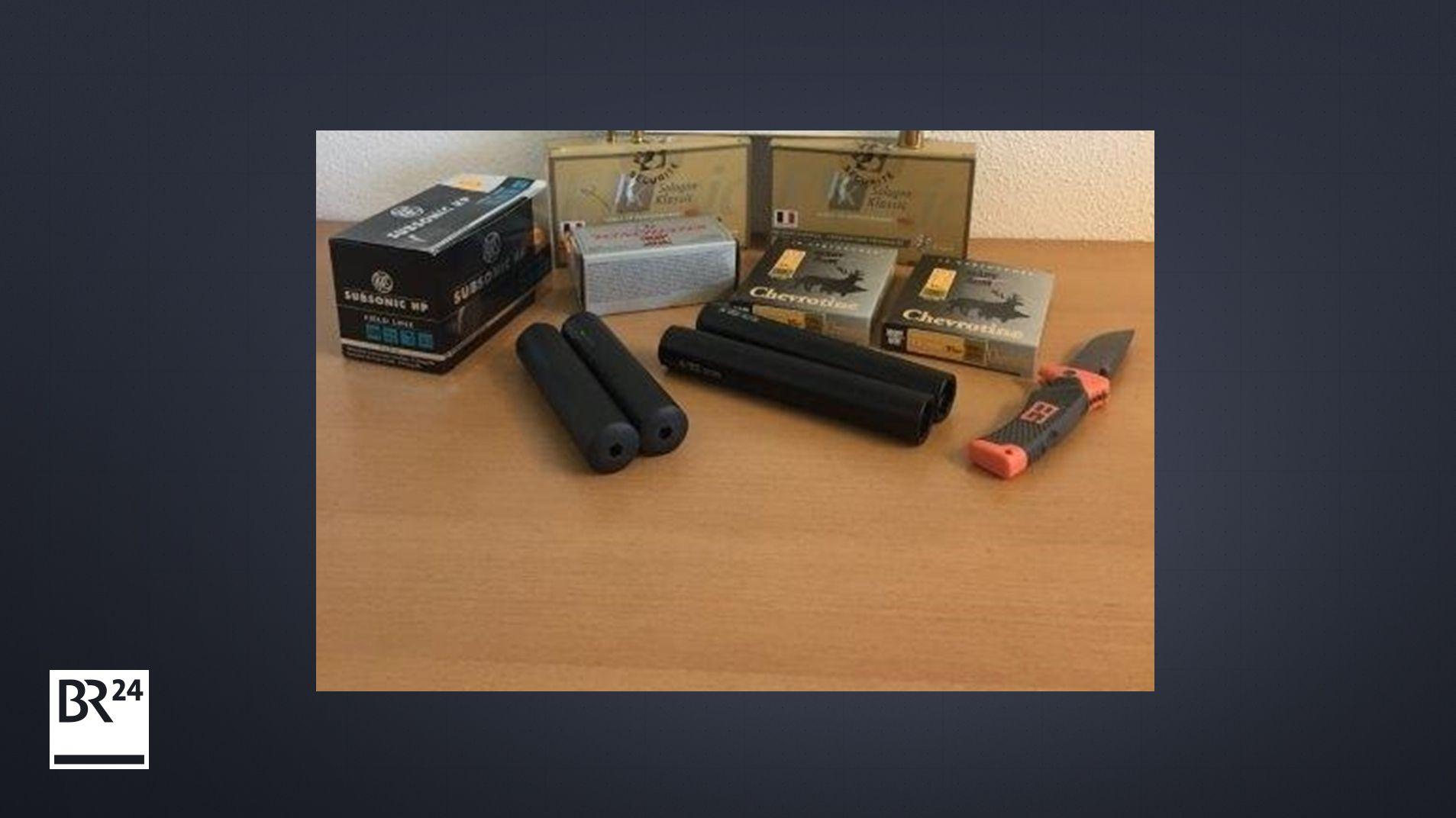 Die Zöllner beschlagnahmten 410 Schuss Munition, vier Schalldämpfer und ein Messer