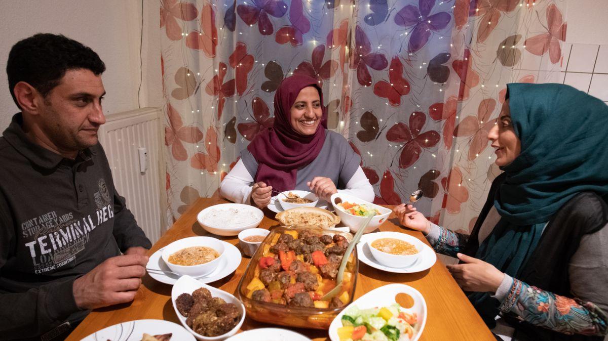 Muslime beim Essen