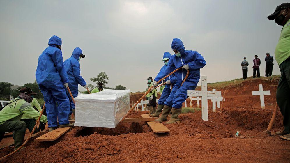 In Indonesien wird ein Corona-Opfer beigesetzt   Bild:pa / dpa/ Aslam Iqbal