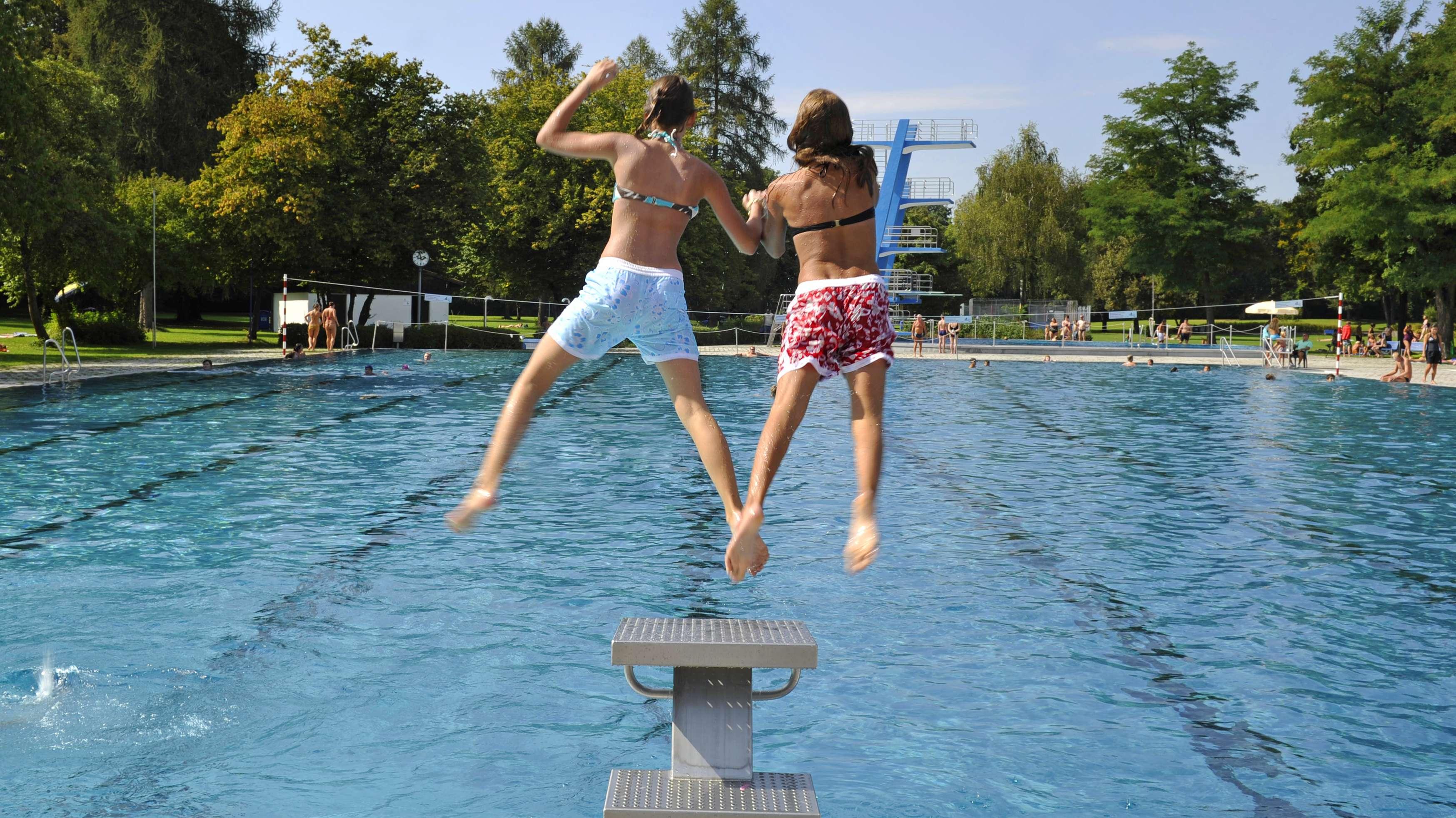 Kinder springen ins Münchner Michaelibad