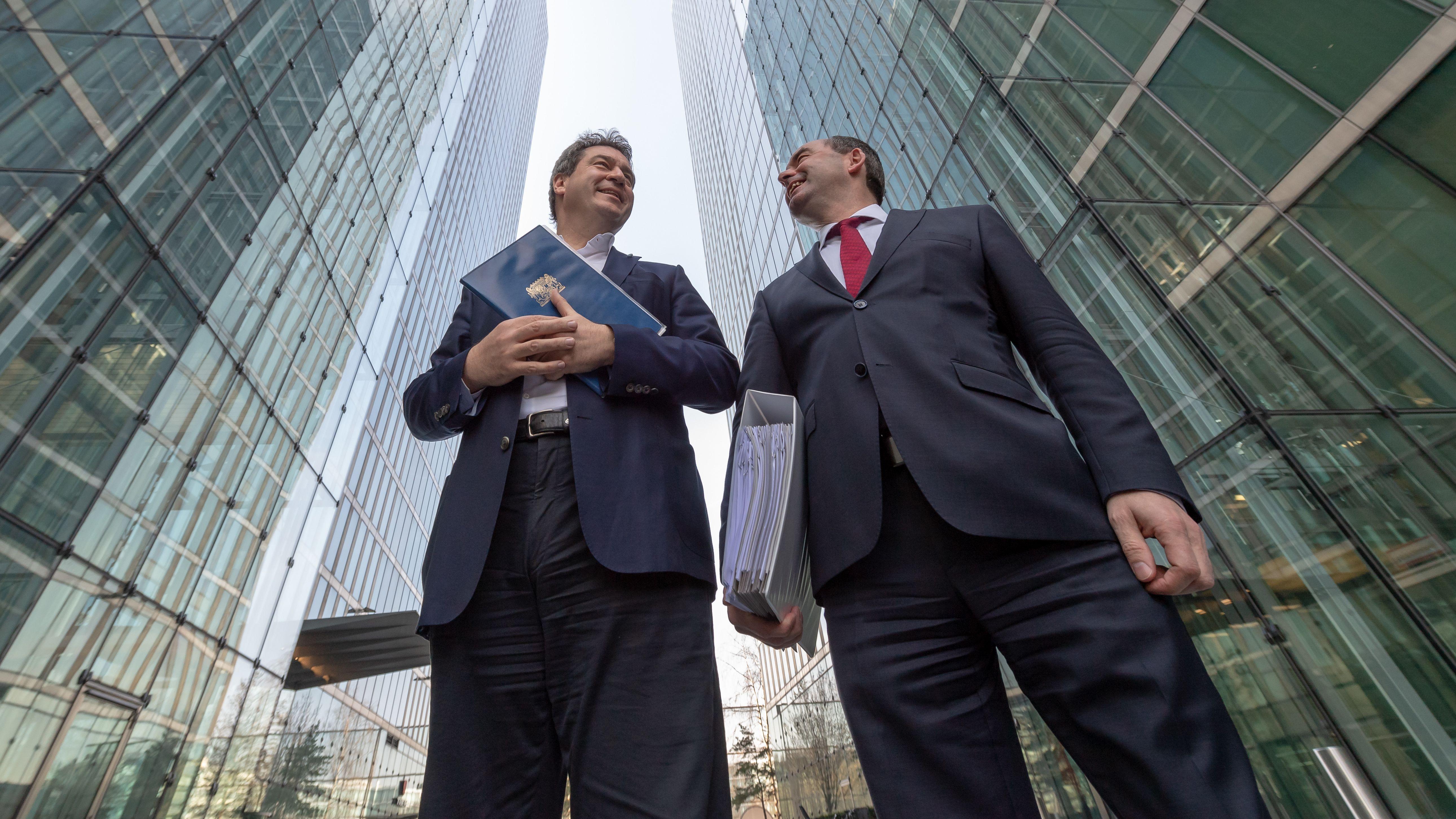 Aiwanger und Söder stehen vor Beginn einer Kabinettssitzung zwischen den beiden Highlight-Towers, in denen die Sitzung stattfindet.