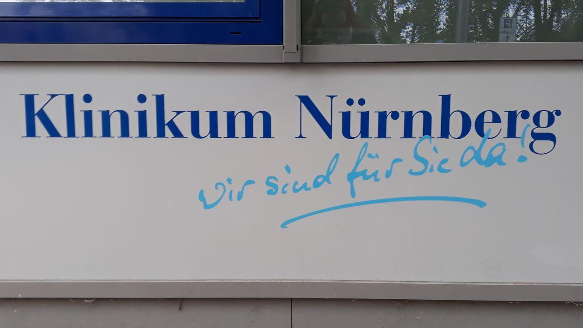"""Aufschrift unter einem Fenster """"Klinikum Nürnberg. Wir sind für Sie da""""."""