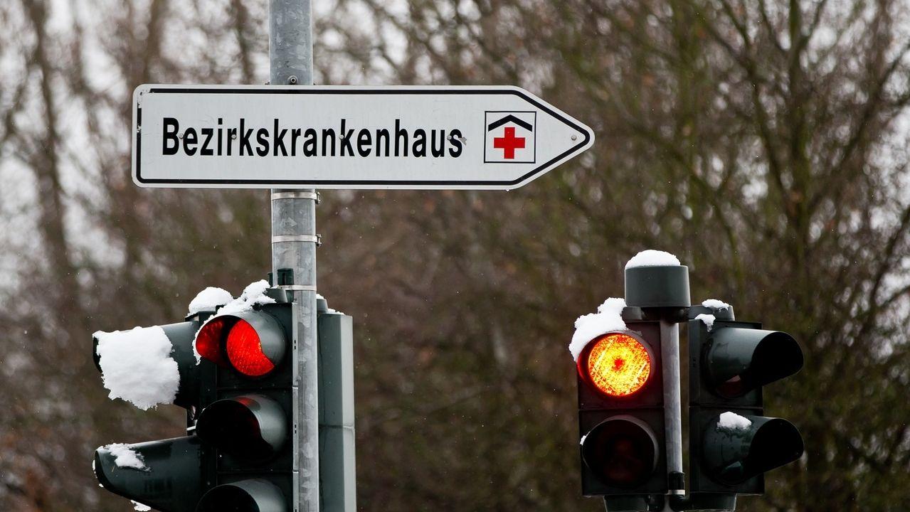 Ein Schild zeigt den Weg zu einem Bezirkskrankenhaus (Symbol)