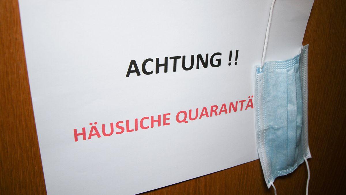 """Hinweisschild an einer Wohnungstür: """"Häusliche Quarantäne"""" (Symbolbild)"""