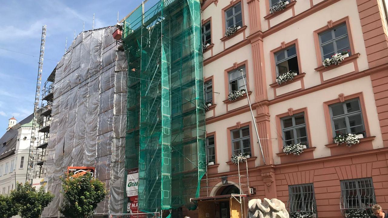 Zurzeit wird die Außenfassade des Dillinger Rathauses saniert