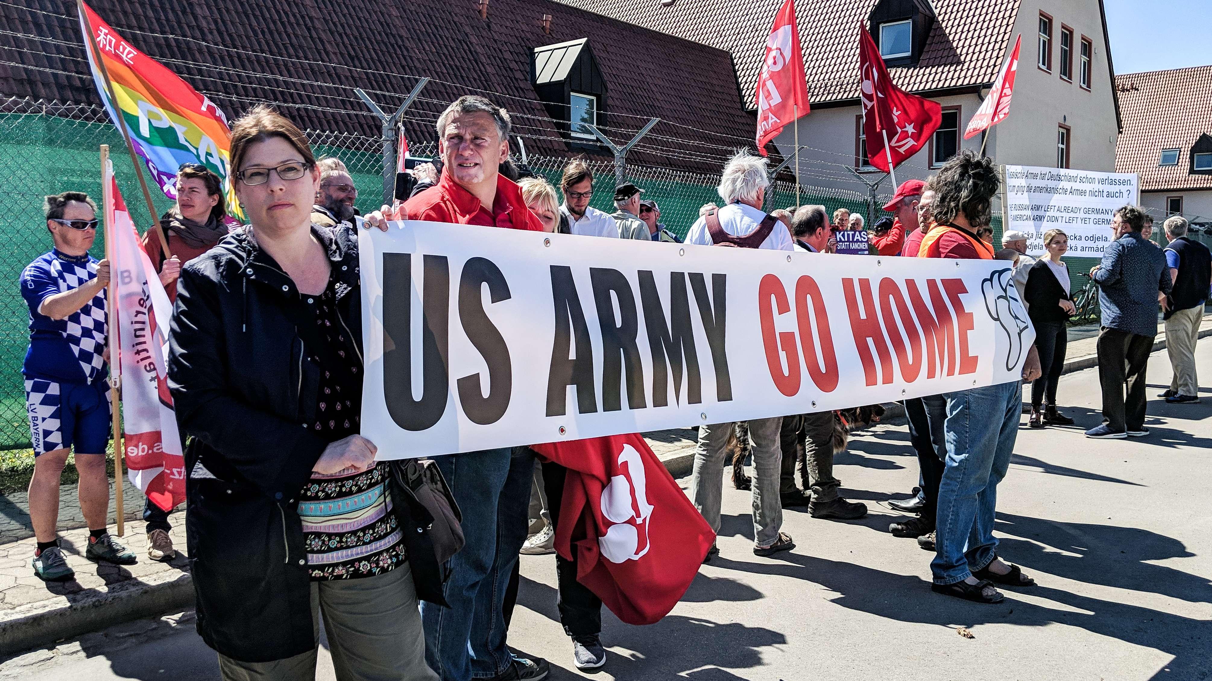 Teilnehmer des Ostermarsches vor der Kaserne der US Army in Ansbach-Katterbach