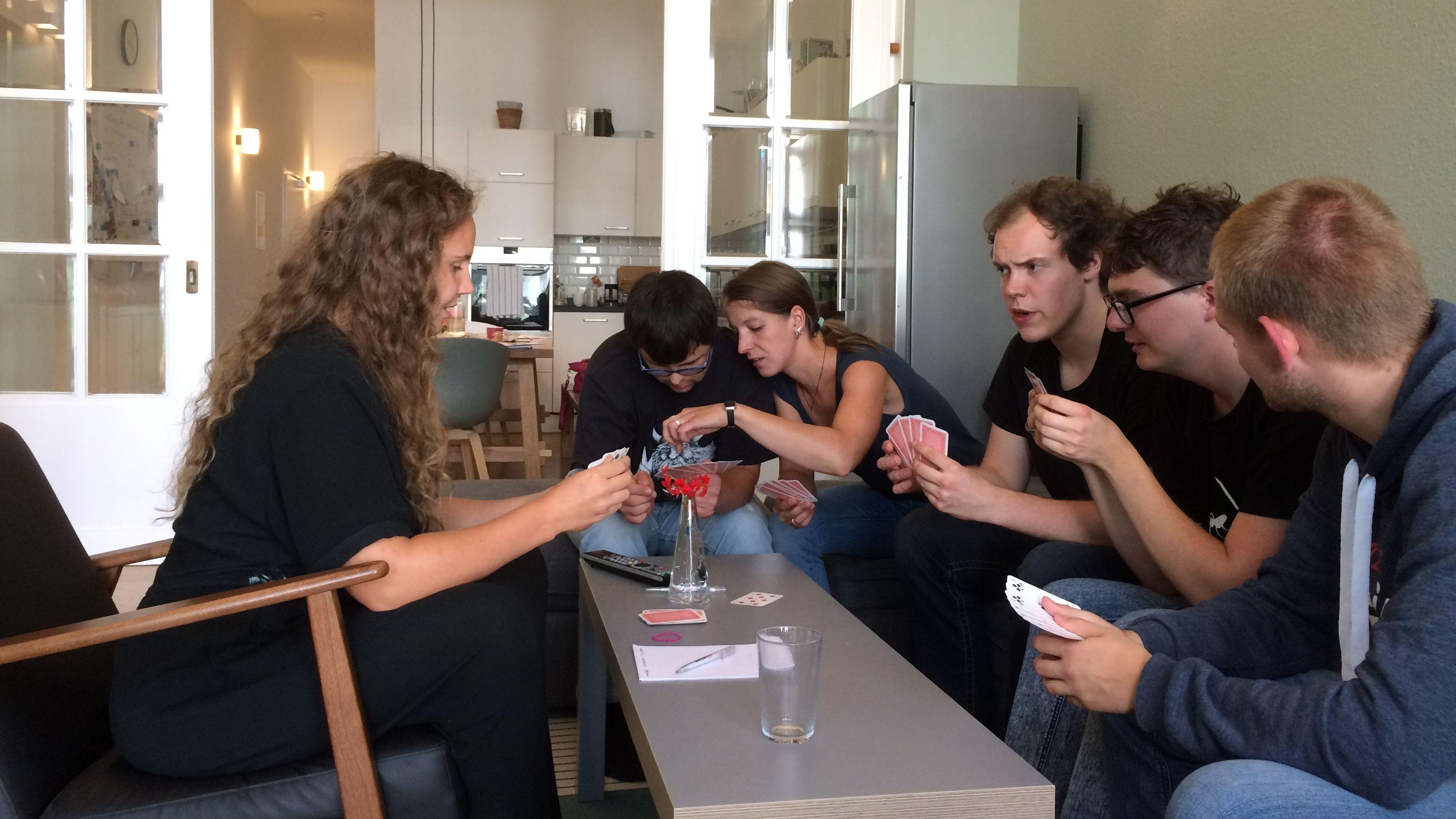 Inklusive Wohngemeinschaft beim Kartenspielen
