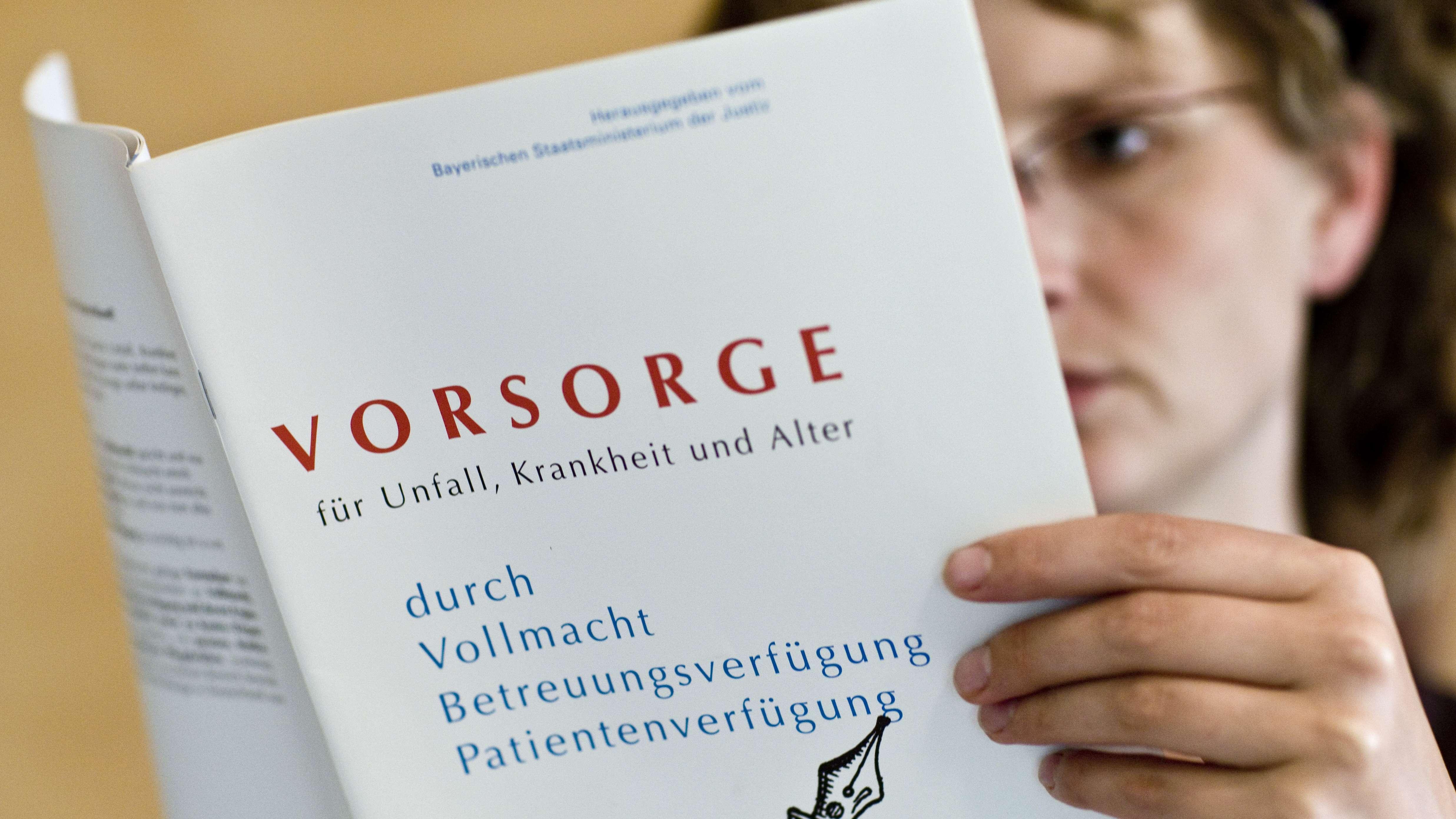 Frau liest in Vorsorge-Broschüre