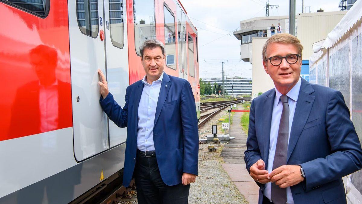 An einer S-Bahntür Ministerpräsident Markus Söder, neben ihm Bahnvorstand Ronald Pofalla