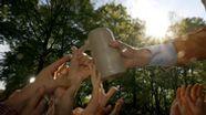 Viele Hände greifen nach einem Krug Bier. | Bild:picture alliance/dpa