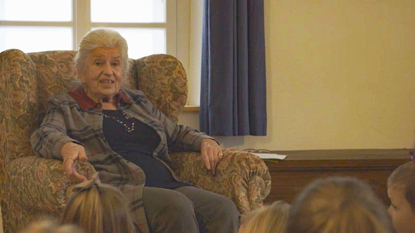Erika Eichenseer aus der Oberpfalz  erzählt Kindern ein Märchen