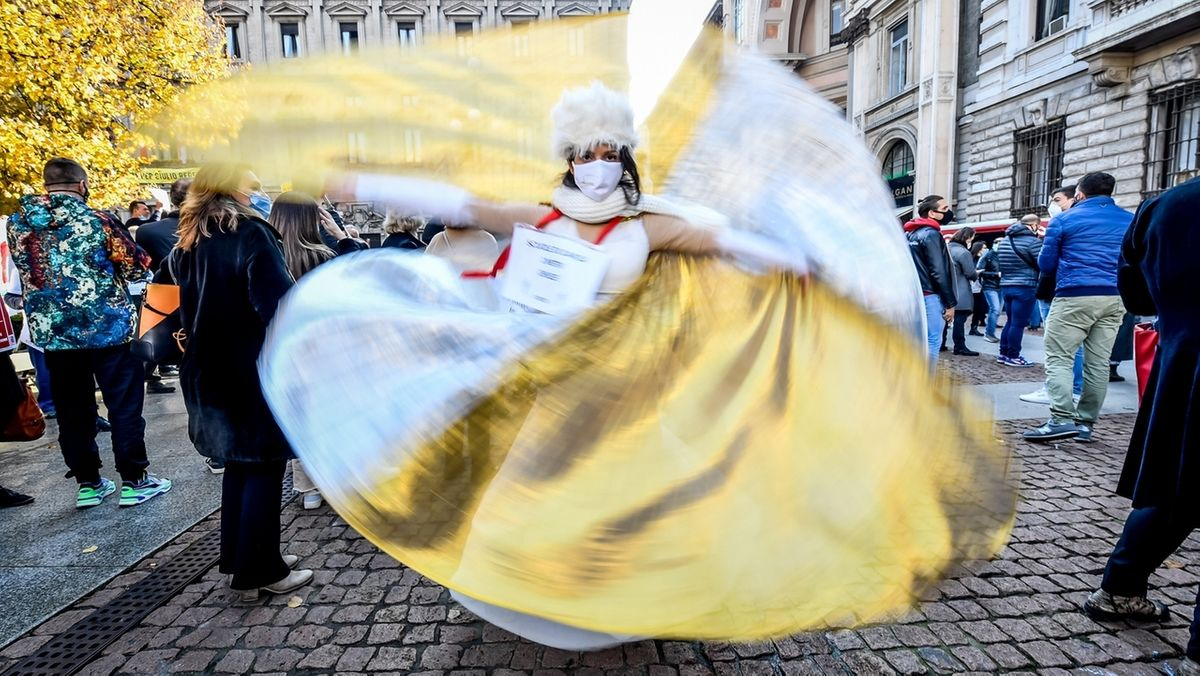 Tänzerin auf der Straße mit Mundschutz