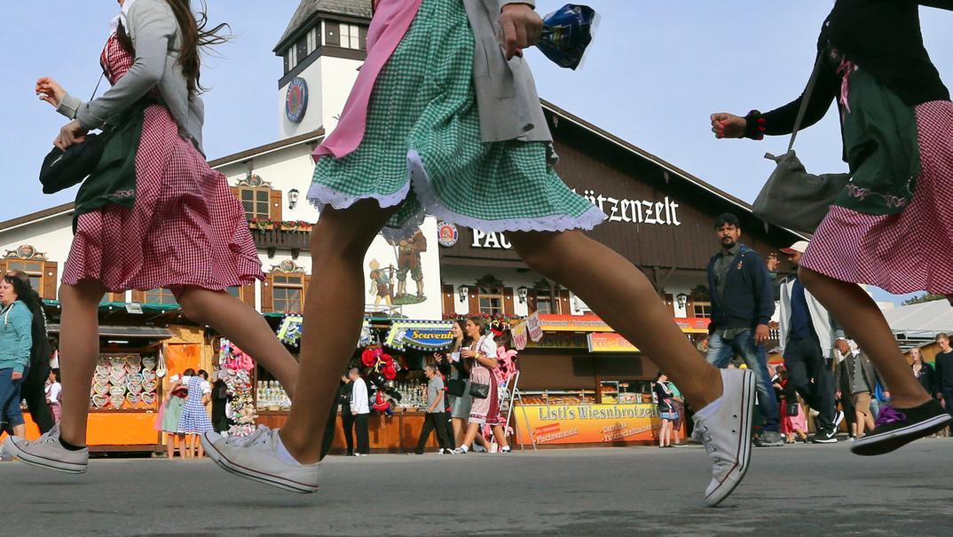 Frauen laufen über die Wiesn