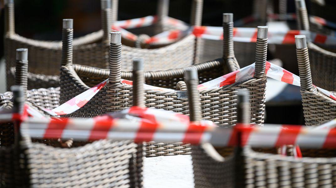 Aufeinander gestapelte Stühle eines gastronomischen Betriebes