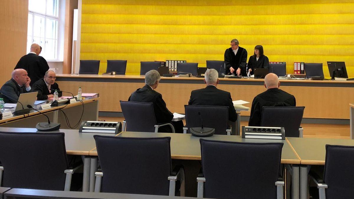 Der suspendierte Regensburger OB Joachim Wolbergs (l) vor der Verhandlung im Landgericht Regensburg.