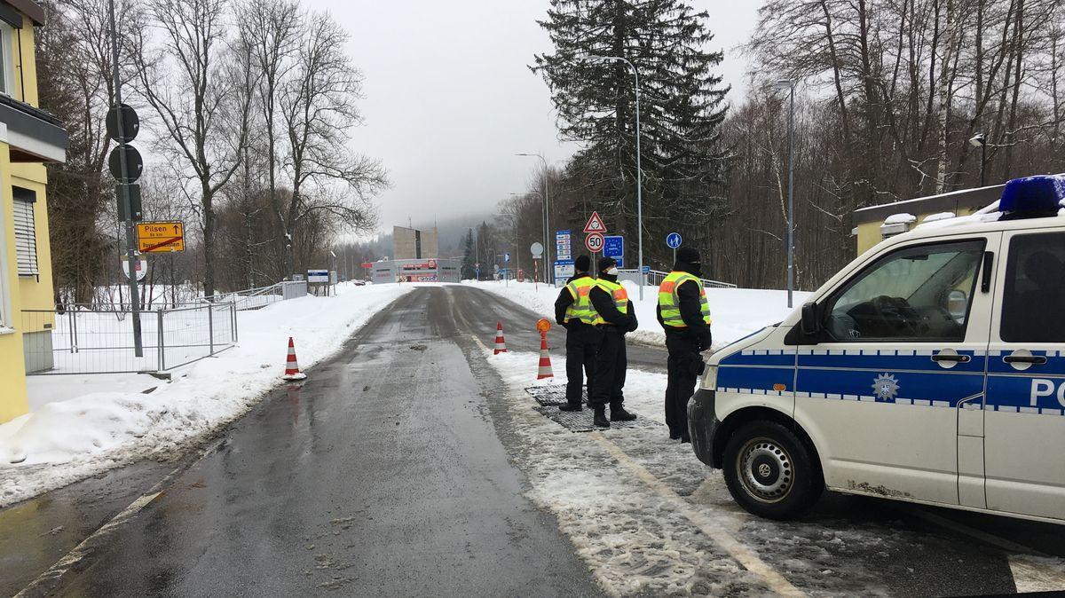 Bundespolizisten kontrollieren am Grenzübergang Bayerisch Eisenstein