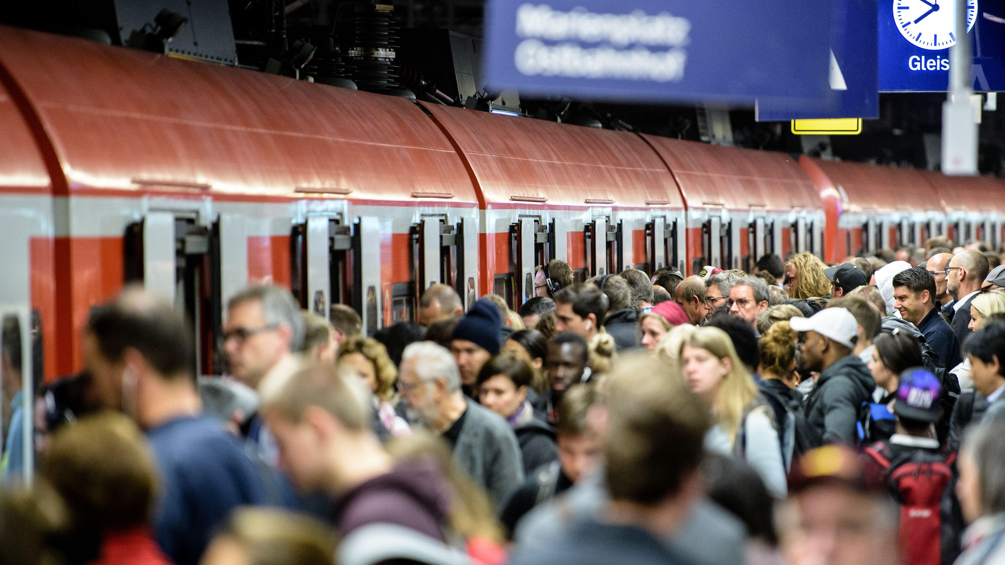 19.09.2019, München: Zahlreiche Menschen warten an einem Bahnsteig des Hauptbahnhofs München auf eine S-Bahn.