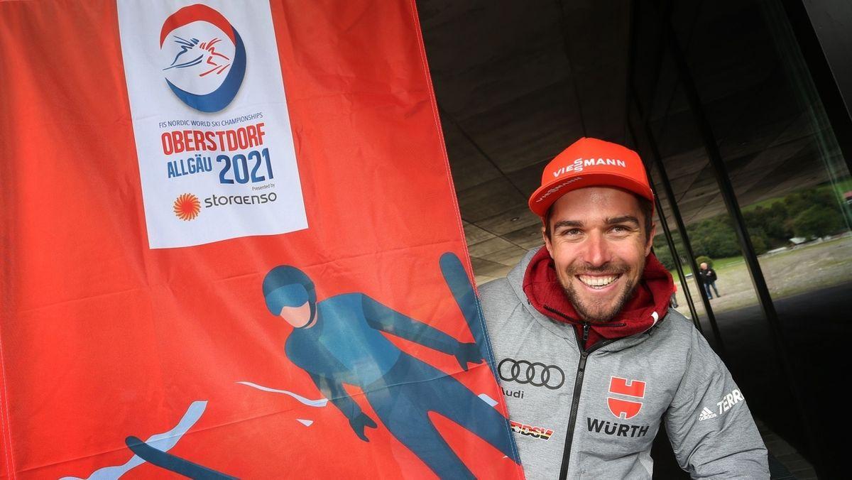 Kombinierer Johannes Rydzek vor einem Logo der Nordischen Ski-WM