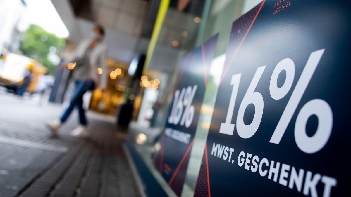 """""""16 Prozent Mehrwertsteuer geschenkt"""" steht in Großbuchstaben auf einem Schaufenster eines Geschäfts in Köln."""