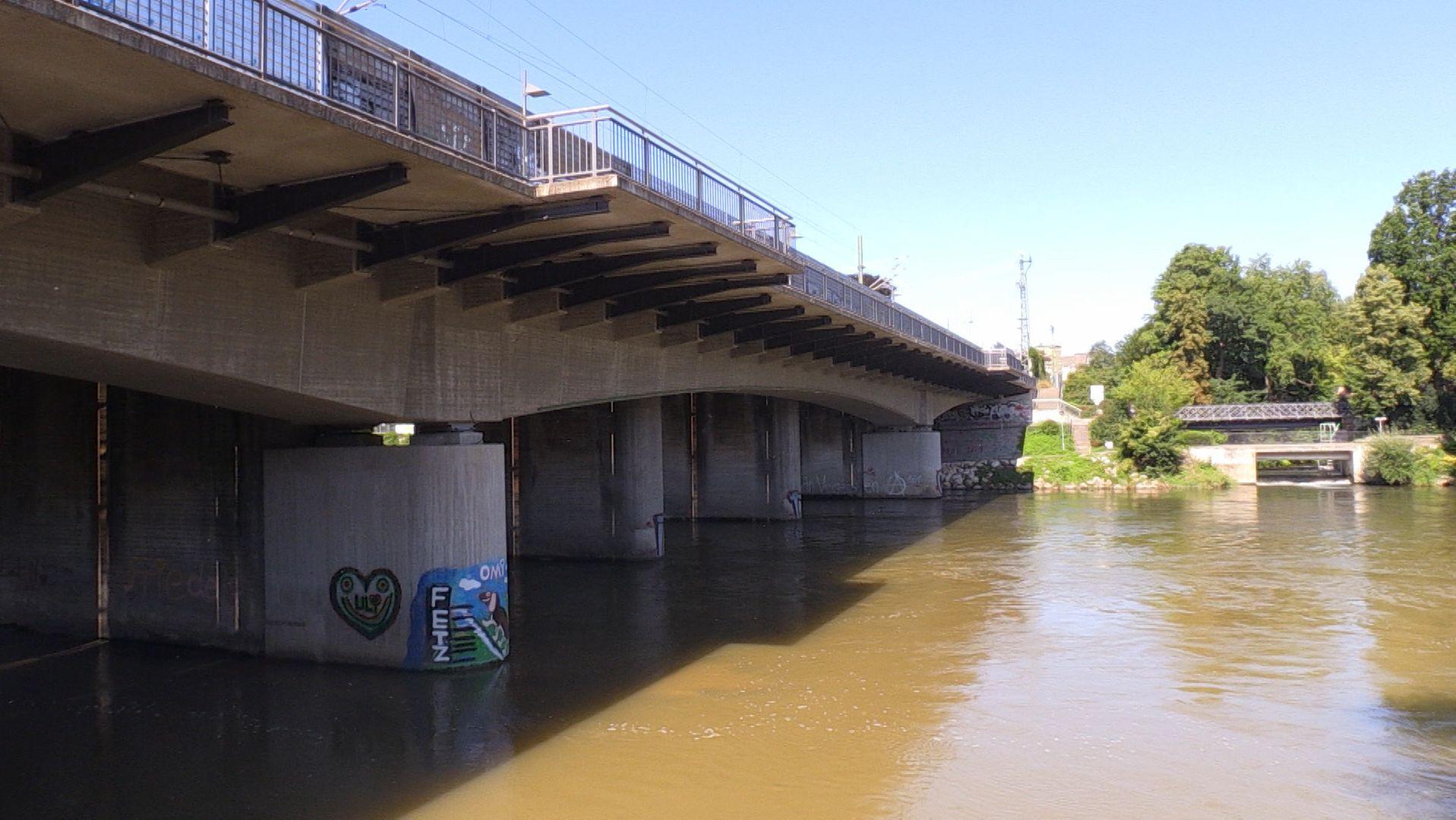 Die vermisste 31-Jährige hatte ihr Handy in der Donau bei der Neu-Ulmer Eisenbahnbrücke verloren. Sie ist wohlauf.