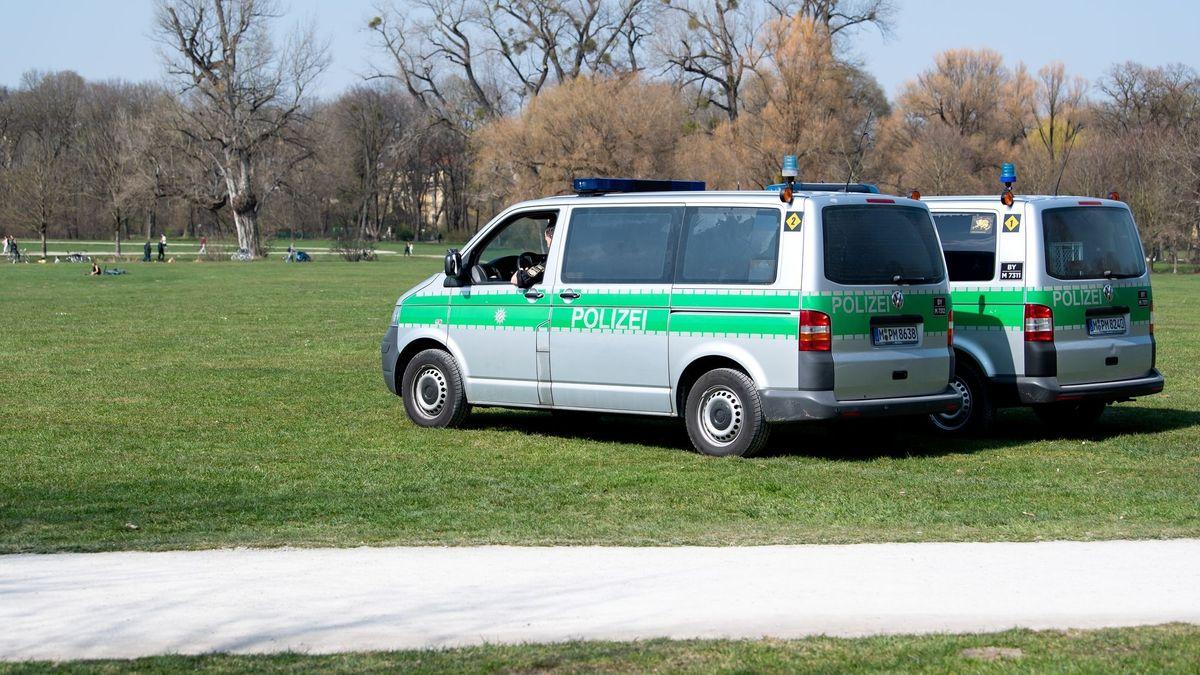 Streifenwagen der Münchner Polizei im Englischen Garten.