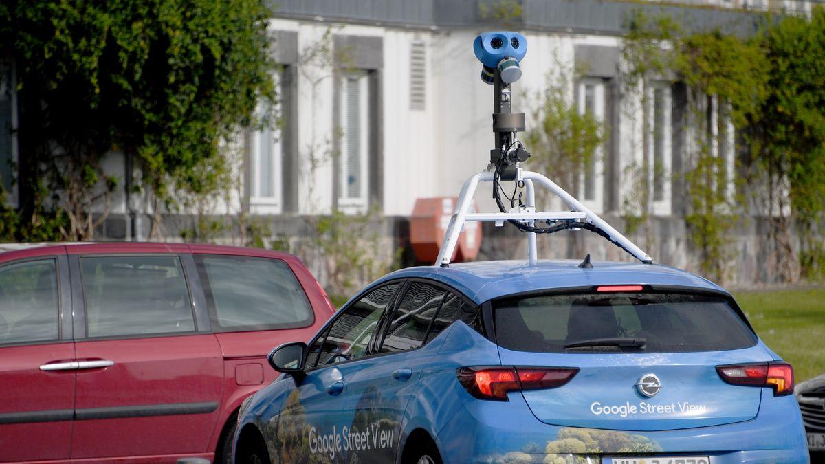 in Wagen von Google Street View mit einer Kamera auf dem Dach