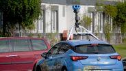 in Wagen von Google Street View mit einer Kamera auf dem Dach | Bild:picture alliance/Carsten Rehder/dpa