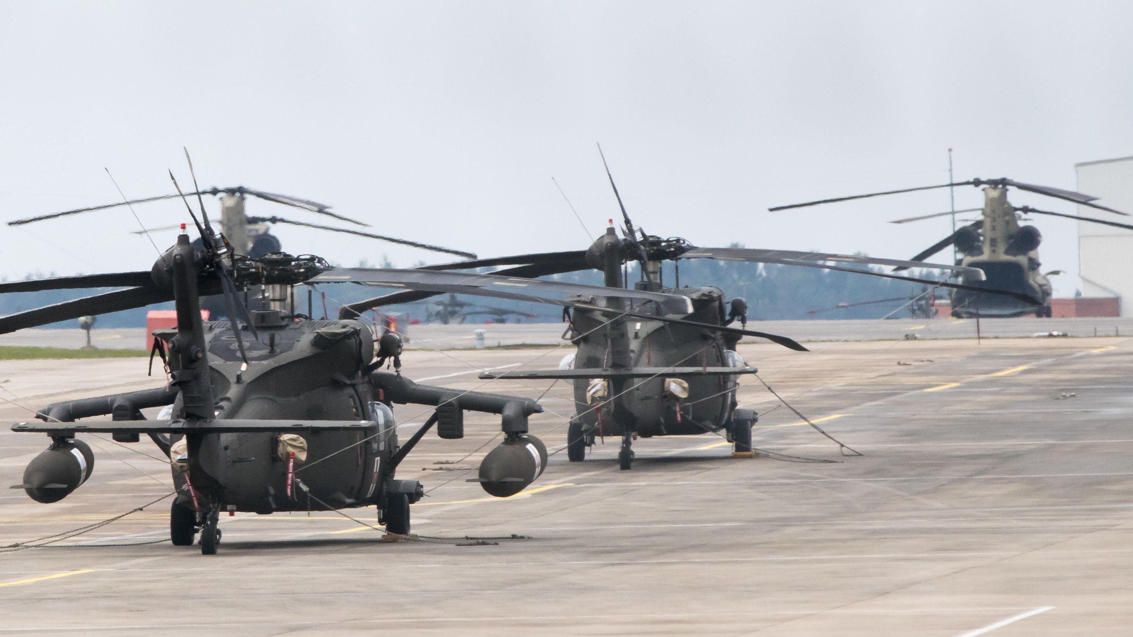 Helikopter der US-Armee stehen auf dem Flugfeld