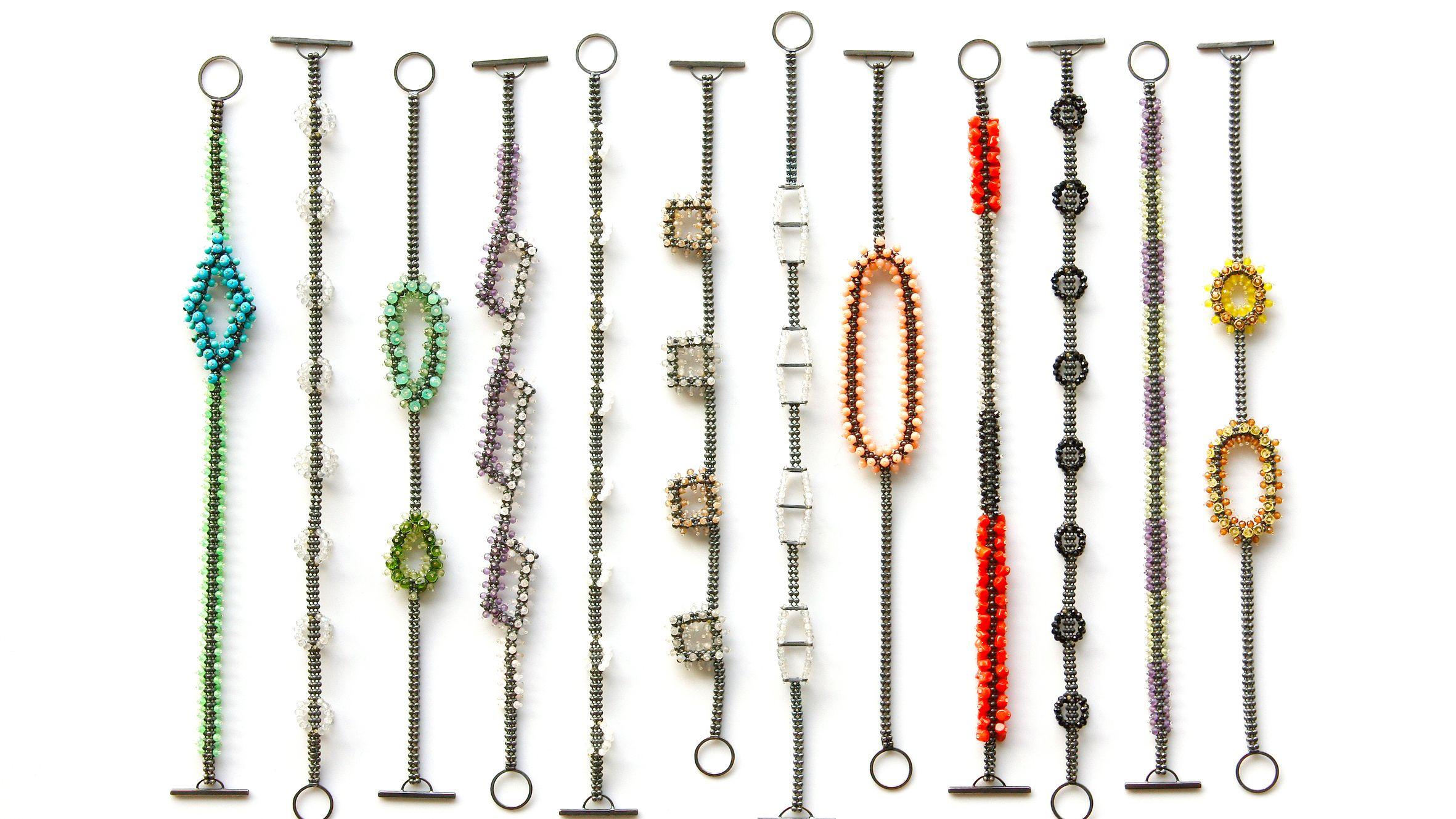 Eine Auswahl feingliedriger Armbänder von Alexandra Bahlmann, nebeneinander aufgereiht  und als bunter Augenschmaus präsentiert