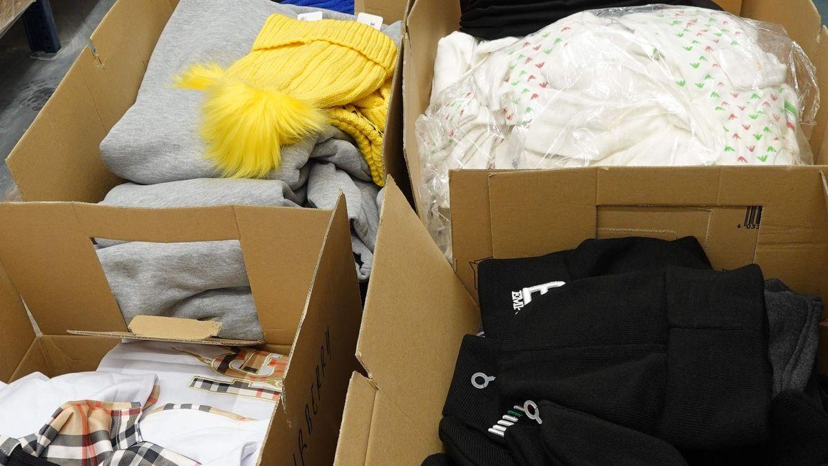 Die gefälschte Ware in Kartons im Hauptzollamt