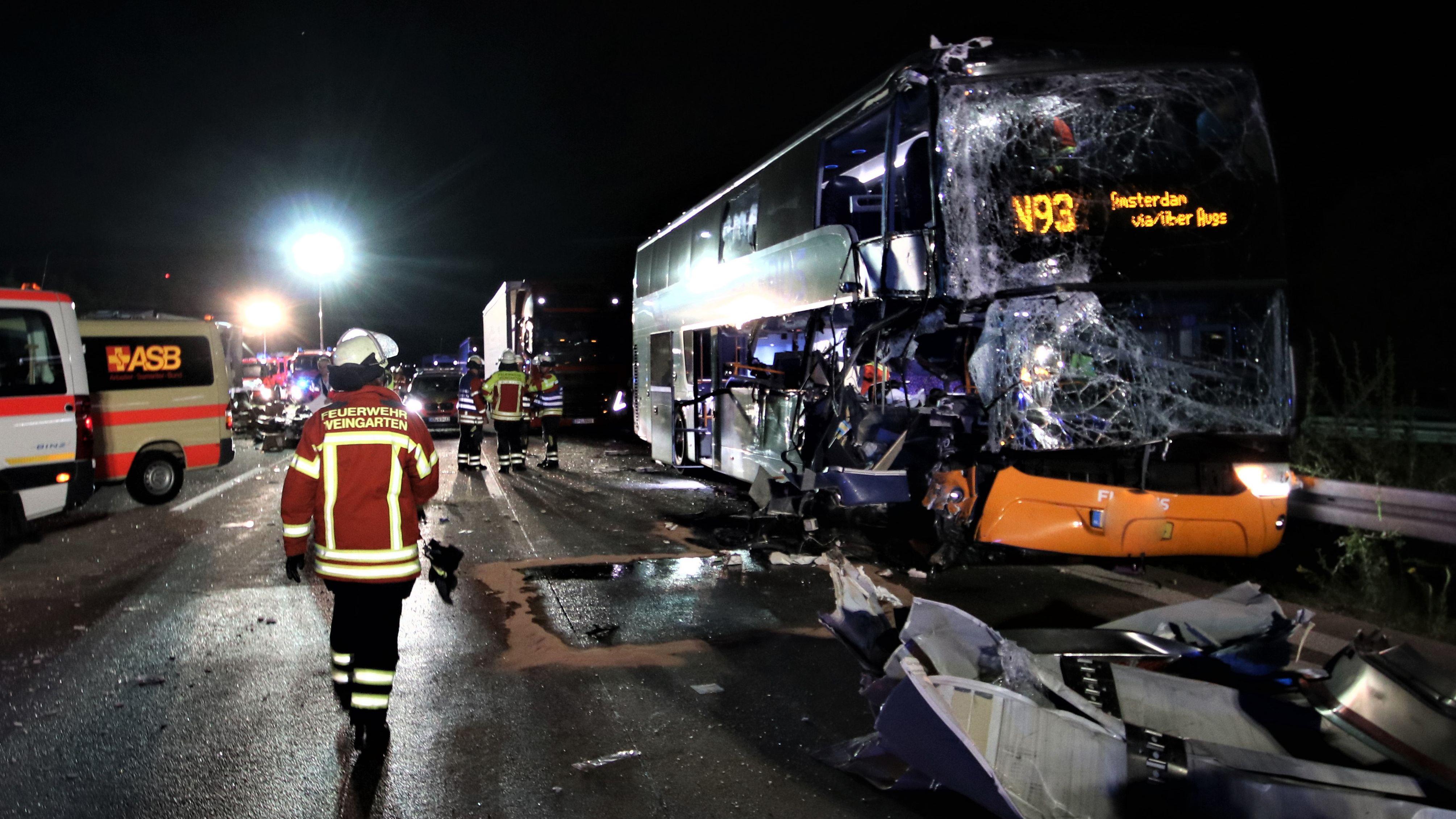 Ein Reisebus ist auf der Autobahn 5 bei Weingarten im Landkreis Karlsruhe einem Lastwagen aufgefahren