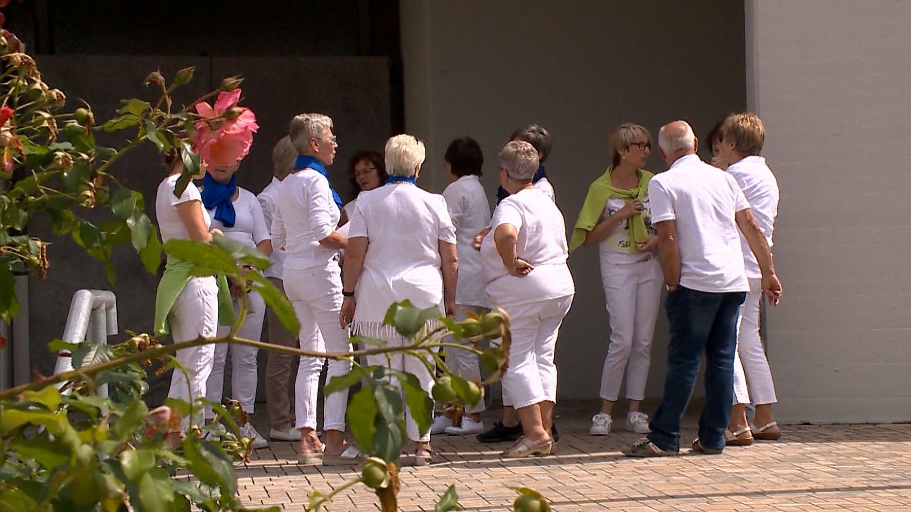 Frauen in weißer Kleidung