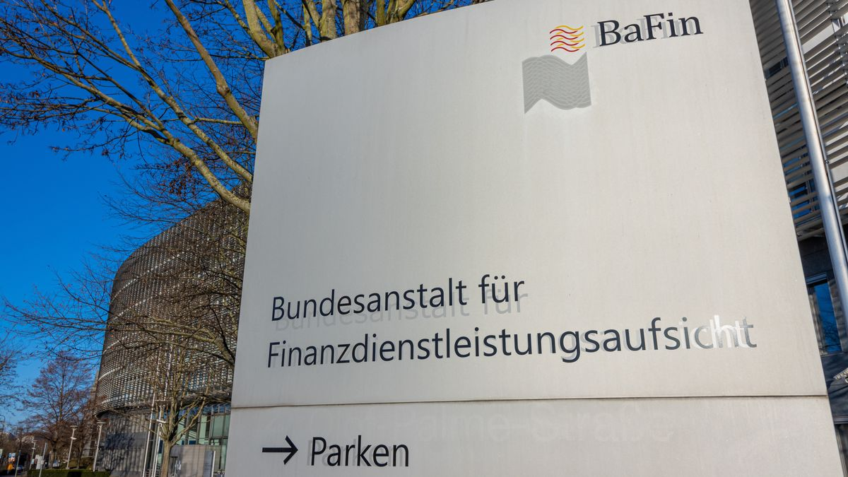 Ein Schild mit der Aufschrift BaFin steht vor der Zentrale der Bundesanstalt für Finanzdienstleistungsaufsicht in Frankfurt am Main.