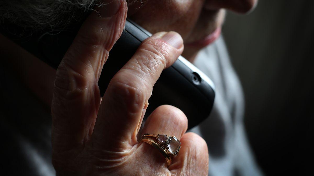 Eine ältere Frau telefoniert mit einem schnurlosen Festnetztelefon
