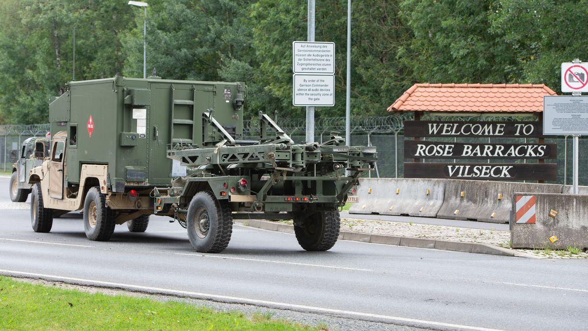 Ein Militärfahrzeug fährt durch den Eingang der Rose Barracks in Vilseck.