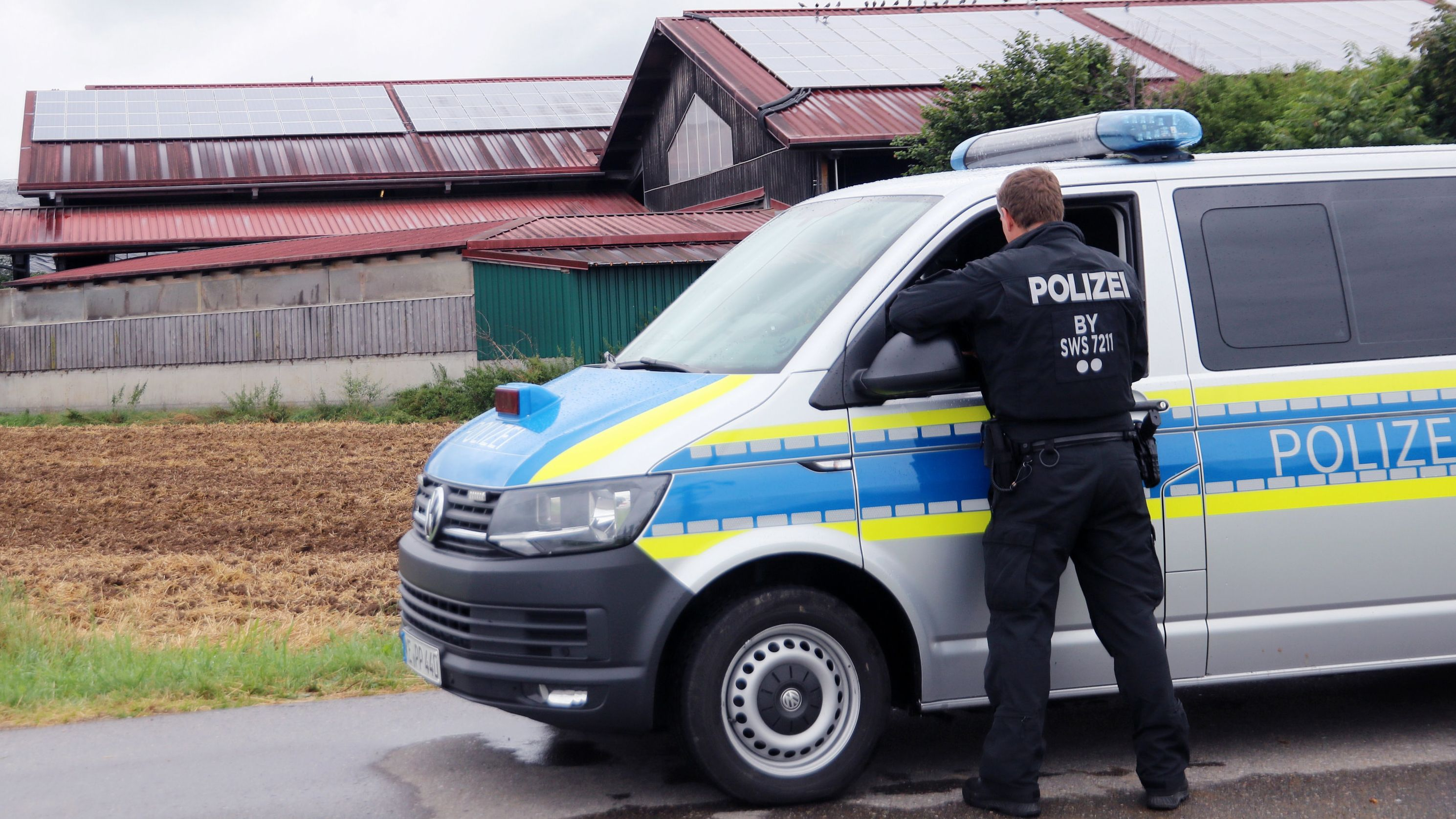 Am Vormittag hat die Polizei den Milchviehbetrieb in Bad Grönenbach untersucht.