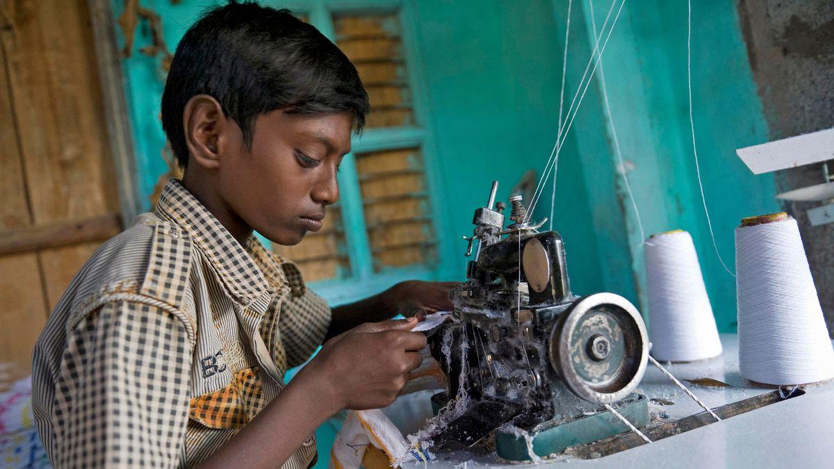 Ein Junge an einer Nähmaschine.