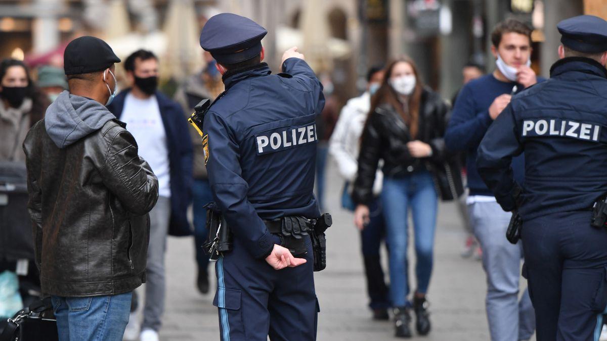 Polizisten kontrollieren die Einhaltung der Maskenpflicht (Symbolfoto).