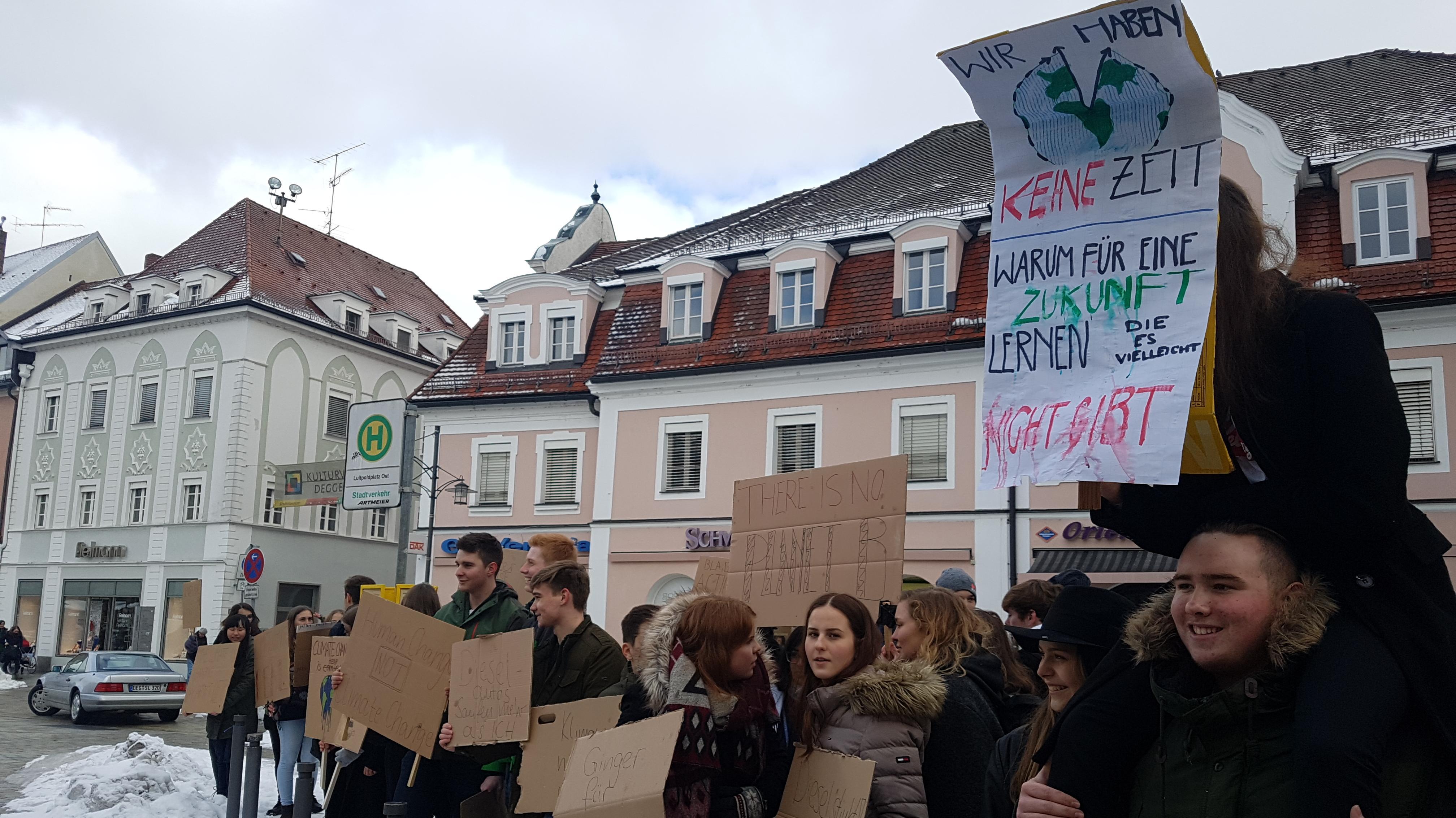 Deggendorf-Demo: 70 Schüler schwänzen Schule und protestieren