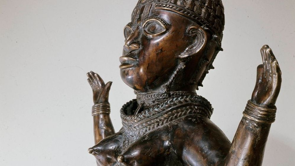 Weiblicher Oberkörper einer Bronze mit erhobenen Armen