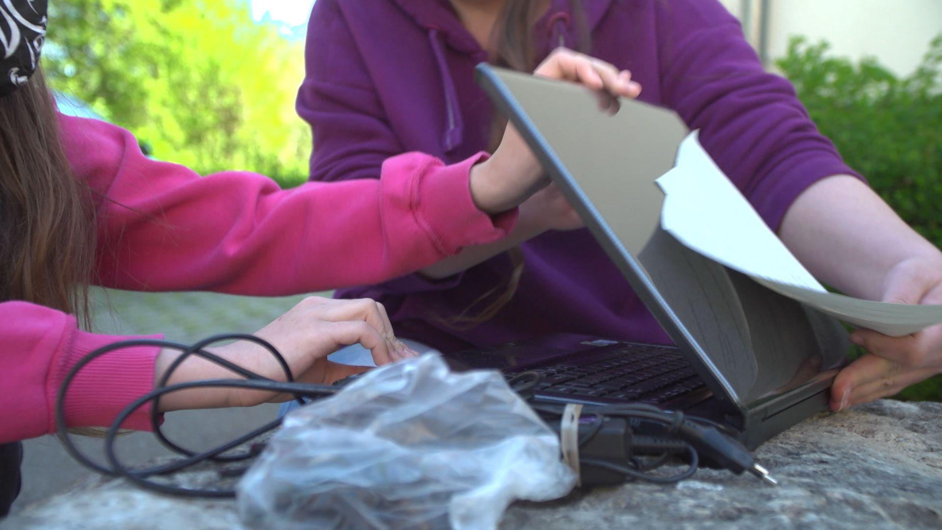 Übergabe eines Laptops