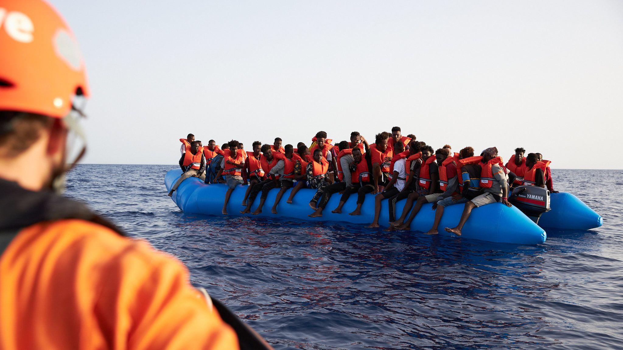 Flüchtlinge auf einem Schlauchboot im Mittelmeeer